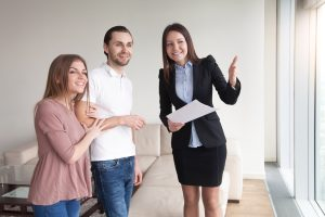 Wer die Vermittlung einer Wohnung in Auftrag gibt, muss die Maklercourtage bezahlen.