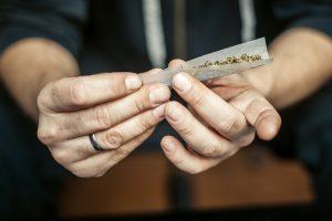 Das Autofahren unter Cannabiseinwirkung ist eine Ordnungswidrigkeit.