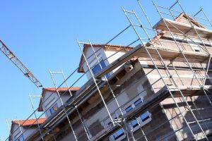 Über jüngste Neuerungen im Immobilienrecht können sich Verbraucher freuen: Sie sind im Bauvertragsrecht besser geschützt.