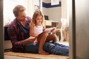 Auch ledige Väter dürfen Sorgerecht für ihr Kind beantragen.