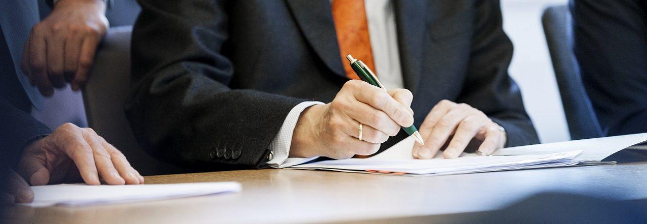 Vertrag wird unterschrieben