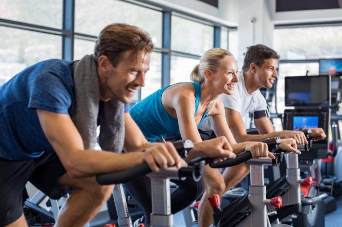 Manche Klauseln in Verträgen mit dem Fitnessstudio können zu Ärger führen.