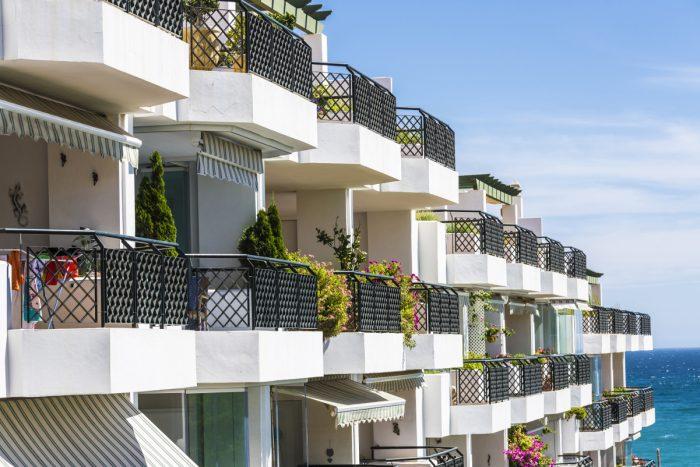 In Spanien dürfen Hausbesetzer in leer stehende Gebäude einziehen.