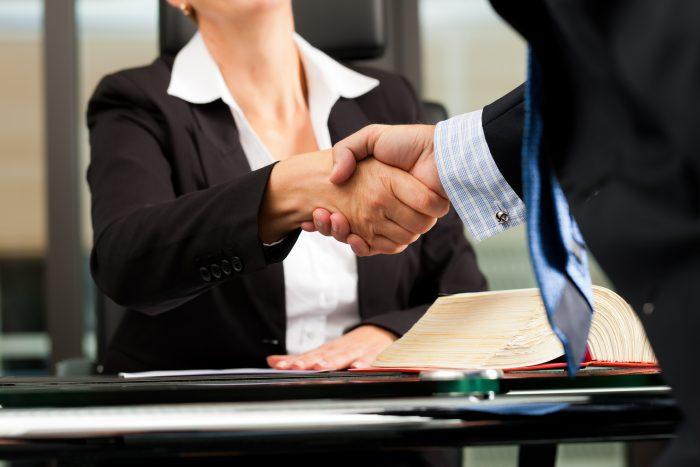 Ein Rechtsanwalt übernimmt eine Vielzahl an Aufgaben, u.a. eine ausführliche Beratung seines Mandanten.