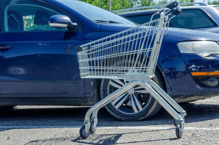 Auf Kundenparkplätzen wird nicht selten mit dem Abschleppen unrechtmäßig abgestellter Fahrzeuge gedroht. Ist das rechtens?