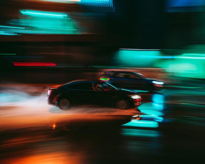 Ein Straßenrennen bei Nacht.
