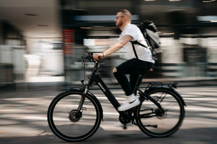Ein Mann auf einem E-Bike.
