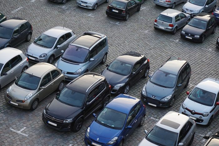 Viele Autos auf einem Parkplatz