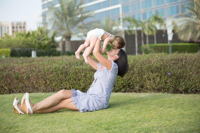 Mutter mit ihrem Kind auf dem Arm